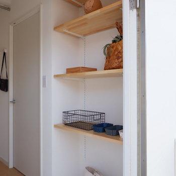 可動棚に靴やお気に入りの小物を置きましょう◎