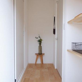 玄関は白タイルで清潔感のある印象に