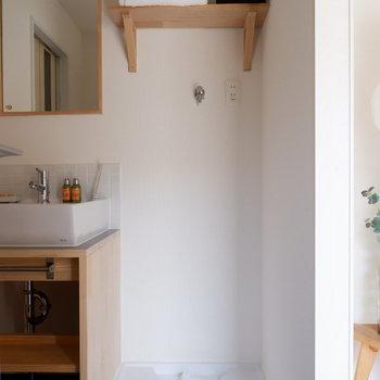 洗面台の脇には造作棚付きの洗濯機置き場!