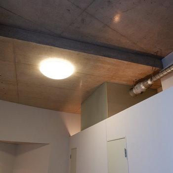 天井もコンクリートで、配管とか見せるよね〜。