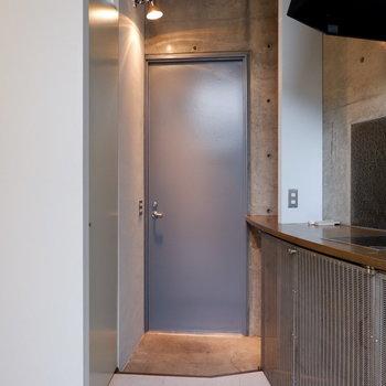 玄関は洋室と程よく分けられています。