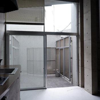 玄関入ると大きな窓がお出迎え。