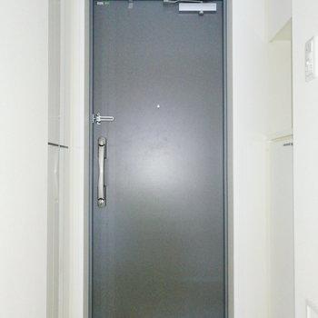最後は玄関の収納を。※写真は通電・クリーニング前のものです
