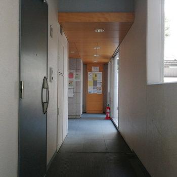 玄関はエントランスはいってすぐのところに位置しています。
