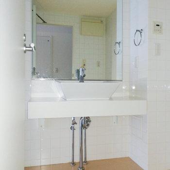 洗面台下にラックなどがあると良さそう。※写真は通電・クリーニング前のものです