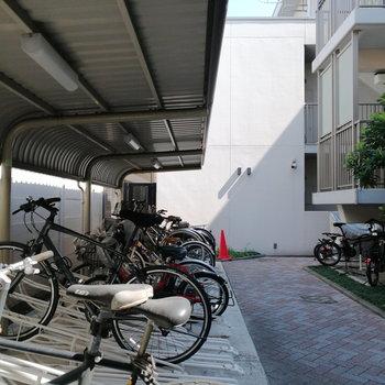 駐輪場は建物内の吹き抜け部分に。