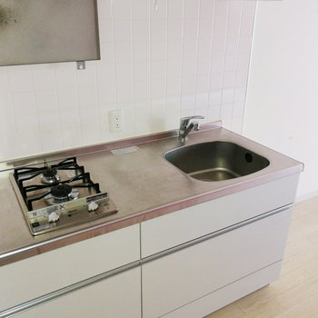 シンクは小さめですが、調理スペースは◎※写真は通電・クリーニング前のものです