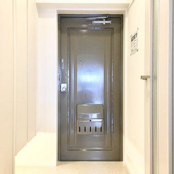 玄関は間接照明でふんわり明るく。