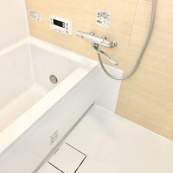 お風呂は小窓付きで爽やか。追い炊きも嬉しいポイント。