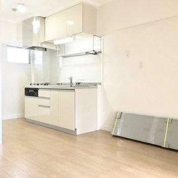 キッチンにも窓があって明るい空間。