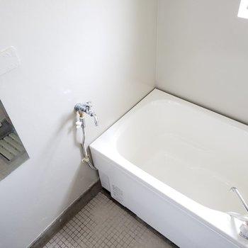 浴槽はあたらしくなりました!バスルームにも窓があって明るい
