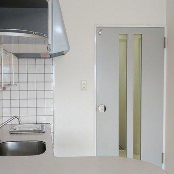 キッチンと扉の色合いが◎※写真は11階の同間取り別部屋のものです
