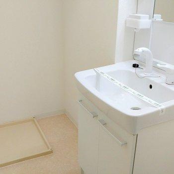 洗濯機はこちらに置けますよ※写真は11階の同間取り別部屋のものです