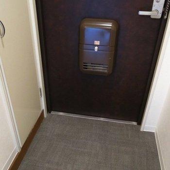 玄関、左手に靴箱。※写真は前回募集時のものです