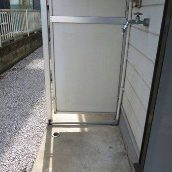 洗濯機置き場は外です。※写真は前回募集時のものです