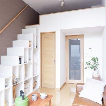 ベージュの床とブラウンのアクセントクロスのコントラストが落ち着きます。※家具はサンプルです