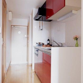 真っ赤なキッチンです。料理も捗りそう。※家具はサンプルです