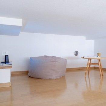 ロフトは天井低いですが床に座ってくつろぐのはできそうです。※家具はサンプルです