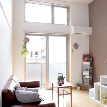 天井が高く、壁一面の窓から光がたっぷり入ります。※家具はサンプルです