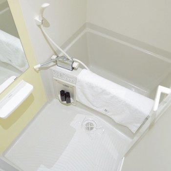 浴室には淡い黄色が。※家具はサンプルです
