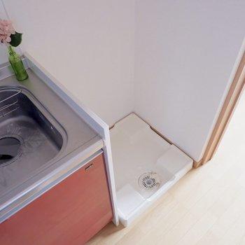 キッチンすぐ横に冷蔵庫置き場です。※家具はサンプルです