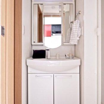 脱衣所は1人暮らしには十分な広さです。※家具はサンプルです