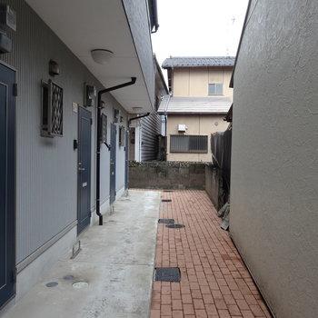 共用部はこんなかんじ。マンションは戸建ての後ろに建ってます。