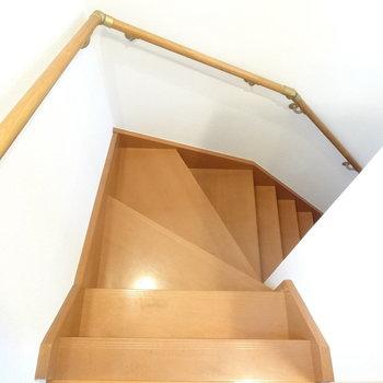 階段降りると玄関です。※写真は同間取り別部屋のものです