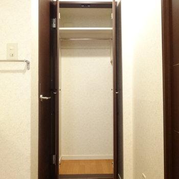 脱衣スペースにこんなクローゼット発見!※写真は同間取り別部屋のものです