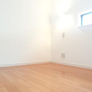 ロフトには小窓も付いているから明るいね。※写真は同間取り別部屋のものです