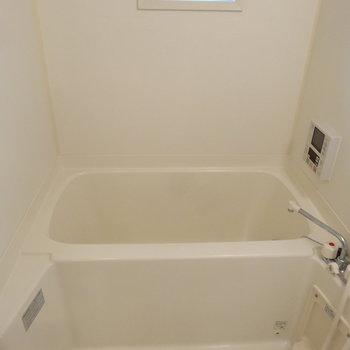 お風呂はなんとTV付き!!追い焚き・浴室乾燥暖房もあり!これは長風呂間違いなしですね。※写真は同間取り別部屋のものです