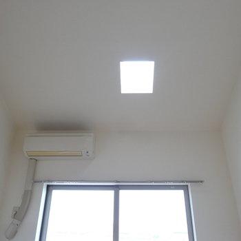 天窓のおかげで明るいね。※写真は同間取り別部屋のものです