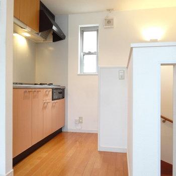 キッチンは階段登ってすぐのところに。小窓があるのが嬉しい。※写真は同間取り別部屋のものです