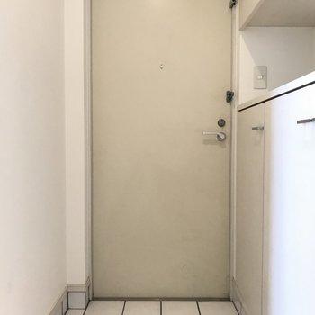 シンプルだけど清潔感のある玄関。シューズBoxの上のスペースが地味に嬉しい♬※写真は6階の同間取り別部屋、清掃前のものです
