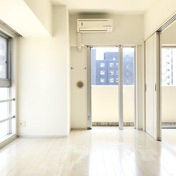 どこからでも光と風が。※写真は6階の同間取り別部屋、清掃前のものです