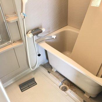 シャンプーもちゃんと置けるし鏡もあるし、使いやすいなあ。※写真は6階の同間取り別部屋、清掃前のものです