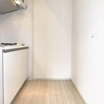 キッチンはちょっとしたスペースになってます。横に冷蔵庫を置けますよ◎※写真は6階の同間取り別部屋、清掃前のものです