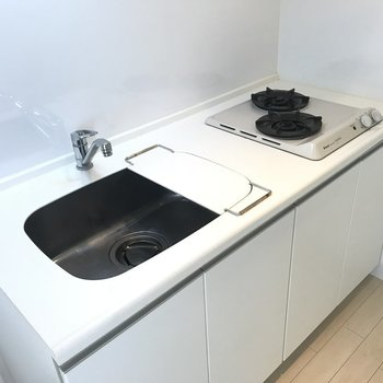 シンプルで可愛い〜!しかもシンクの便利グッズで料理スペースも確保できる♬※写真は6階の同間取り別部屋、清掃前のものです