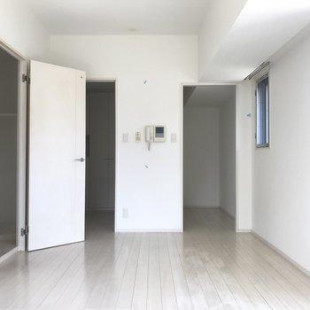 ホワイトフローリングで清潔感Max。あ、あんなところにも窓が!※写真は6階の同間取り別部屋、清掃前のものです