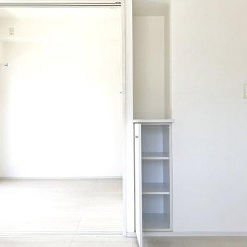 さりげない収納スペースが。すぐ手元に欲しいものをあそこに隠そう!※写真は6階の同間取り別部屋、清掃前のものです