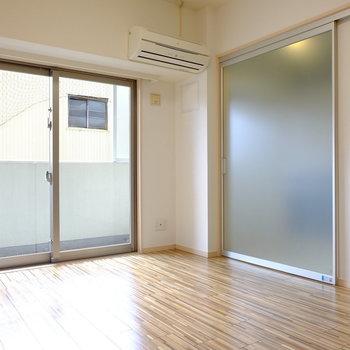 スライドドアを閉めるとこんな感じ(※写真は2階の反転間取り別部屋のものです)