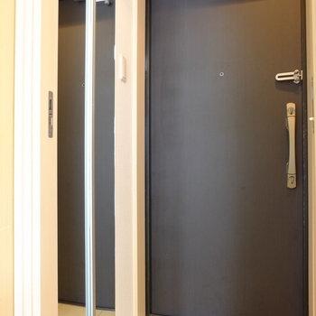 シューズボックスの扉は鏡張り(※写真は2階の反転間取り別部屋のものです)