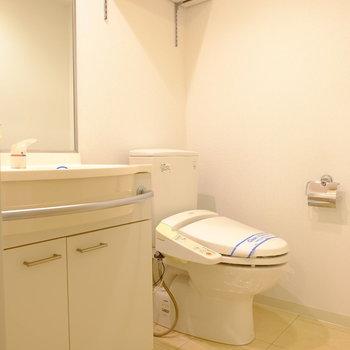 ホテルライクな脱衣スペース(※写真は2階の反転間取り別部屋のものです)
