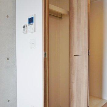 玄関横にも収納スペース※写真は同タイプの別室