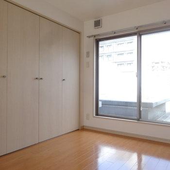 2階には広い洋室がありますよ。※写真は7階の同間取り別部屋のものです