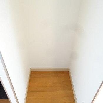 冷蔵庫置場は背面にあります。※写真は7階の同間取り別部屋のものです