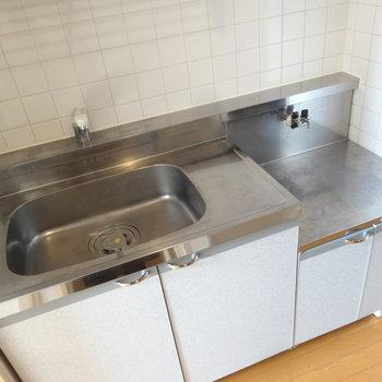 キッチンはコンパクトめです。※写真は7階の同間取り別部屋のものです