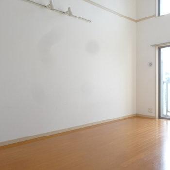 高い天井が心地よい空間です。※写真は7階の同間取り別部屋のものです
