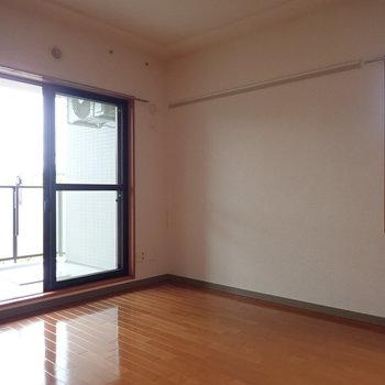 【洋室:ベランダ側】2つの窓があります。