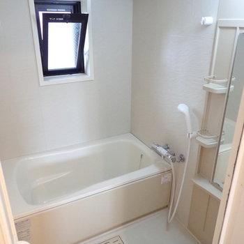 お風呂も窓が、優雅なバスタイムを過ごせそうですね。